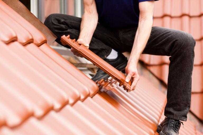 Dachdecker mit Dachziegel