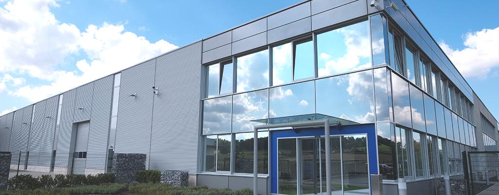 Industriegebäude mit Metallfassade