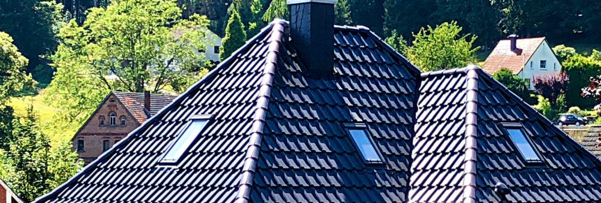 Steildach mit dunklen Ziegeln